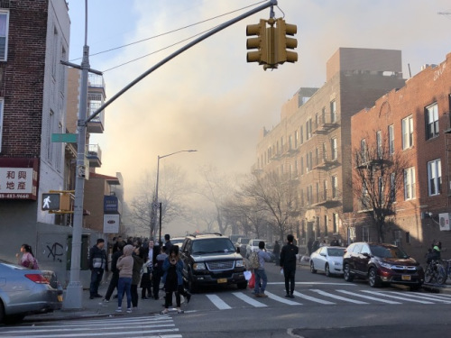 浓烟从火灾地点蔓延到周边地区。(美国《世界日报》/颜洁恩 摄)