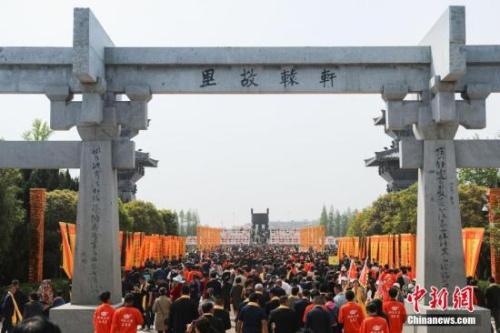 4月7日,农历三月初三,己亥年黄帝故里拜祖大典典礼在郑州举行,来自40多个国家和地区的近万华人代表出席。王中举 摄