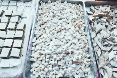 林传星手工制作各式品种的麦芽糖。