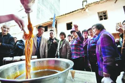 林传星的麦芽糖吸引众多游客前来品尝与购买。