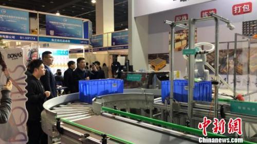 展会展出的智能仓库打包机器人吸引了不少客商注意。奚金燕 摄