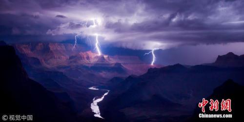 资料图:爱普生数码艺术奖冠军:《霹雳》(Spark),拍摄地点科罗拉多大峡谷,摄影师:Colin Sillerud(美国)。
