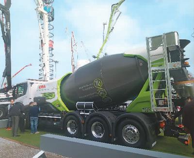 """中联重科在2019年德国""""宝马展""""上展出的混凝土搅拌车。"""