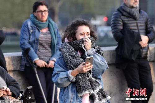 大火发生后,当地民众悲痛落泪。图片来源:中国新闻网