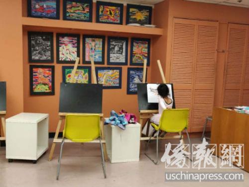 小女孩在中文学校内学画画。(美国《侨报》/李青蔚 摄)