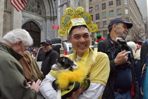 喜欢粤剧的杨为信戴着小生的帽子,相当吸睛。(图片来源:美国《世界日报》颜嘉莹/摄影)