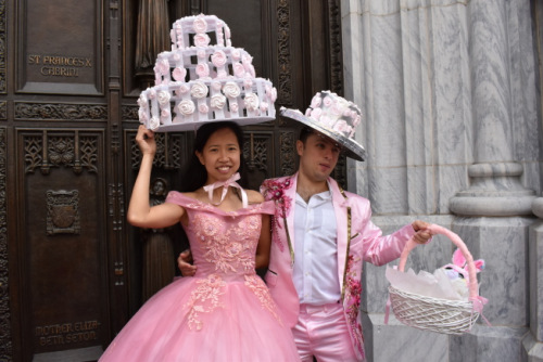 赵晔两天时间制作蛋白糖霜脆饼帽子,一出场就受到民众欢呼。(图片来源:美国《世界日报》颜嘉莹/摄影)