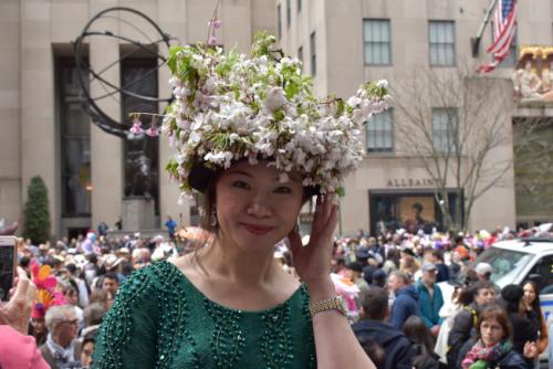 秦东梅将自家栽种的鲜花装饰在帽子上。(图片来源:美国《世界日报》颜嘉莹/摄影)