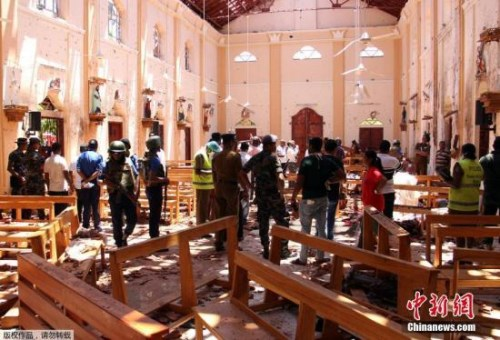 图为警方和安全官员正在发生爆炸的教堂进行现场勘查。
