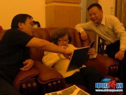 资料图:2017年,巫漪丽在侨乡容县录制钢琴版《梁祝》。林浩摄