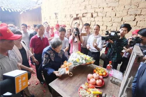2017年4月19日,巫漪丽回家乡龙川寻根恳亲。(图片来源:河源乡情报社)
