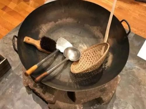 华工修建铁路时的炒菜大锅。(美国《世界日报》/黄惠玲 摄)