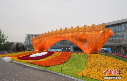 """资料图:4月18日晚,北京奥林匹克公园内的""""丝路金桥""""主题景观点亮灯光。<a target='_blank' href='http://www.chinanews.com/'>中新社</a>记者 贾天勇 摄"""