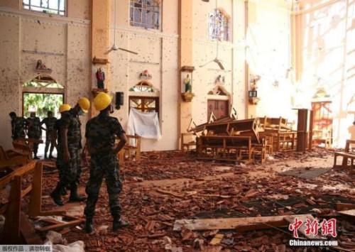 当地时间4月22日,斯里兰卡受袭教堂瓦砾遍地,满目狼藉。据报道,4月21日复活节当天,斯里兰卡发生连环炸弹爆炸案,3座教堂和4家酒店先后遇袭,另有一所民宅在警方进入搜查时发生爆炸。至今,连环爆炸已夺走290条人命,另有超过500人受伤。