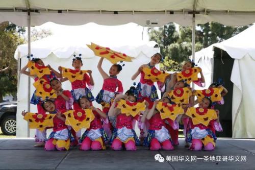 两个舞台上的各族裔歌舞表演