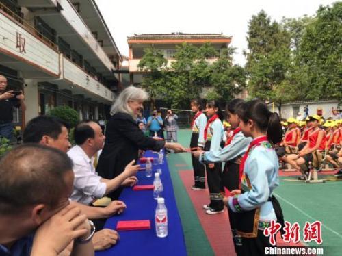 德国汉学家海佩春帮助贵州山区孩子。
