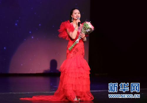5月4日晚,在美国芝加哥,歌手袁明清演唱邓丽君歌曲《漫步人生路》。汪平 摄