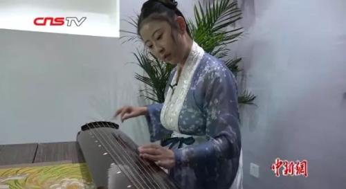 皇甫月骅穿汉服弹古琴。来源:中新视频截图