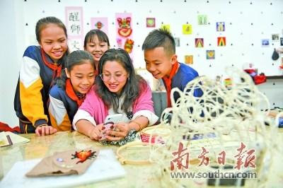 狮头艺术工作坊的学生跟随欧琦辉老师学习狮头设计。 南方日报记者 戴嘉信 摄