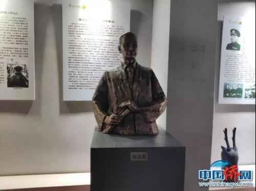 骑楼老街文化展示�e馆何达启塑像。 吴侃 摄