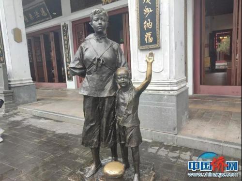 """老街上的�雕塑""""送别""""。吴侃 摄"""