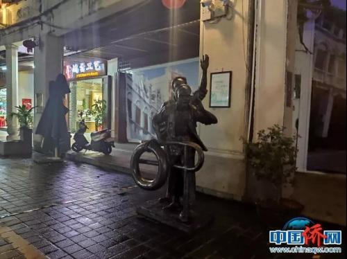 """老街极速时时彩开奖最快的网站上的雕塑""""下南洋""""。吴侃 摄"""