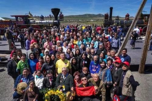 华裔社团成员及部分铁路华工后代参加5月10日的纪念仪式。(《纽约时报》网站)