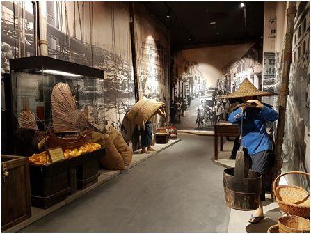 """""""飘洋过海,落户他乡""""展区。清末时期,移民潮下南洋的时候,很多华人先辈从码头登陆,最初的工作也是在码头。(图片来自华人博物馆)"""