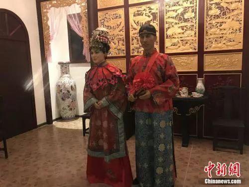 中国华侨历史博物馆展出的新婚的峇峇和娘惹实景。何路曼 摄