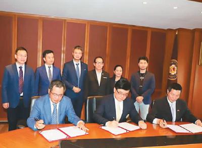 2019年4月,邝锦荣(前排右一)代表泰中侨商联合�y会与泰国暹罗大学及广�州一家公司三方共同签署孵化器∑ 项目合作协议。   (照片均由受访者本人�y提供)