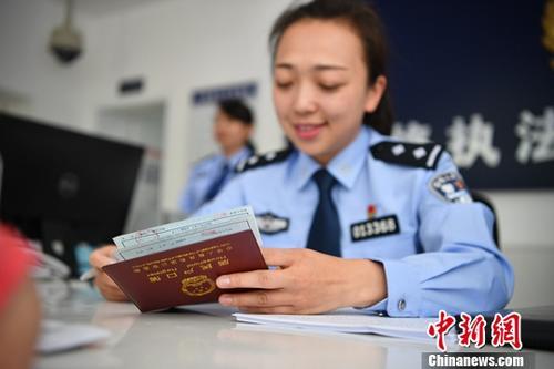 资料图:工作人员办理户籍业务。中新社记者 刘冉阳 摄