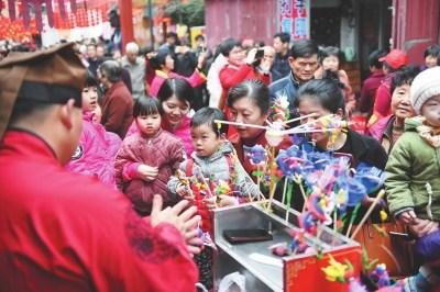 莆阳宋城庙会上,捏面人摊位大受欢迎。