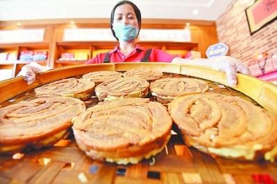 """金黄香浓的""""美琼肉粕""""瞬间充斥着整个味蕾,吸引不少海外侨胞、台胞及游人前往品尝。"""