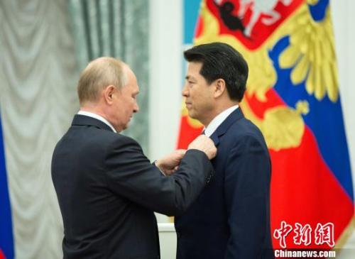 """23日,俄总统普京向中国驻俄罗斯大使李辉授予""""友谊勋章""""。 钟新 摄"""