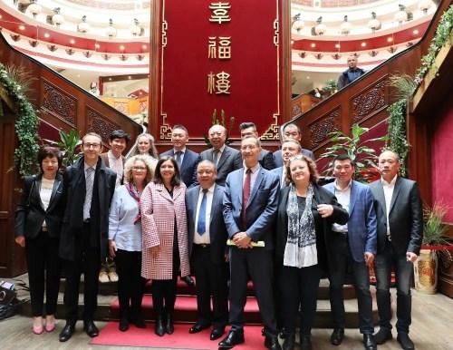 伊达尔戈与华人、华商代表在座谈会前合影。(图片来源:欧洲时报记者 孔帆 摄)