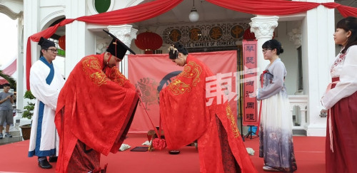 大马一对新人别开生面 办中国古籍《周礼》婚礼。(图片来源:马来西亚《诗华日报》)