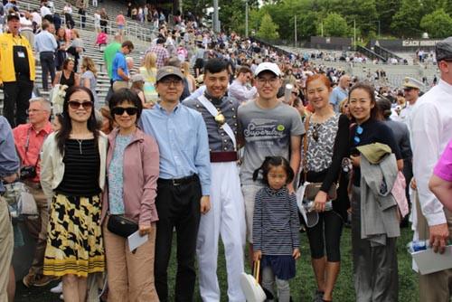 袁修远(中)与家人共庆荣耀时刻。(来源:美国《世界日报》,记者张晨/摄影)