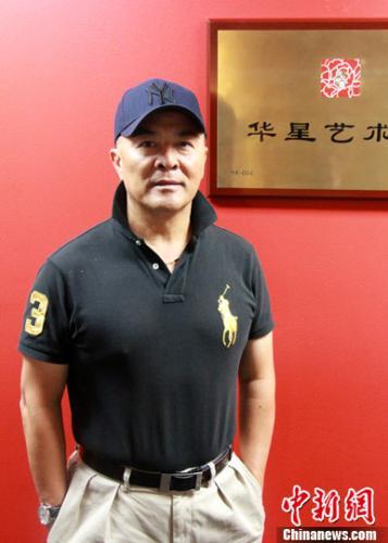 资料图片:余俊武先生在华星艺术团牌前。<a target='_blank' href='http://www.chinanews.com/'>中新社</a>记者 眭黎曦 摄