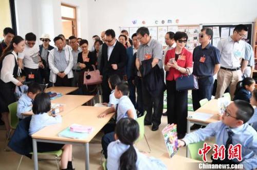 图为5月30日,代表团一行参观位于福州滨海新城的融侨赛德伯学校。 张斌 摄