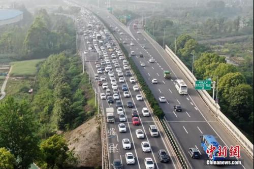 资料图: 大批车辆行驶在南京绕城高速上。 <a target='_blank' href='http://www.chinanews.com/'>中新社</a>记者 泱波 摄