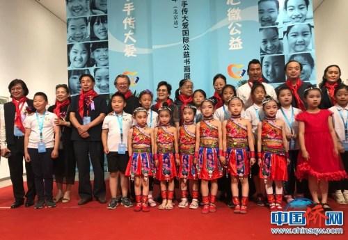 参加活动的嘉宾与孩子们的合影。 曾小威/摄