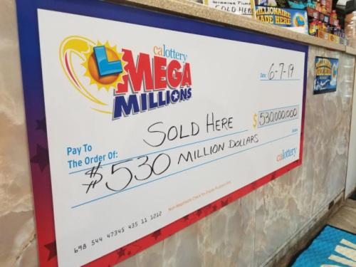 卖出独一一掌孥值5亿3000万元张鍪彩券的圣天逊徵Sorrento Deli Mart,正在柜台前揭出吹狸卖出的通告。 滥觞:视频截图