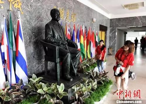 资料图:华侨大学泉州校区的陈嘉庚纪念铜像