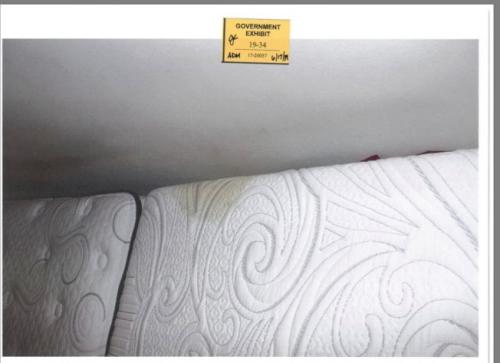 探员在被告床垫上发现疑似血迹。(图片来源:美国联邦检察官办公室)