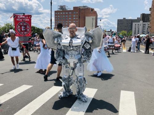 纽约上万民众精心打扮前来参与美人鱼游行。(美国《世界日报》/颜洁恩 摄)