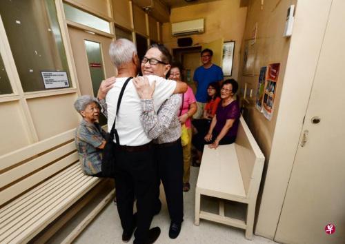 """""""谢谢你!""""老居民深深一抱,抱出了对老医生的感谢和不舍。(新加坡《联合早报》/潘丰源 摄)"""