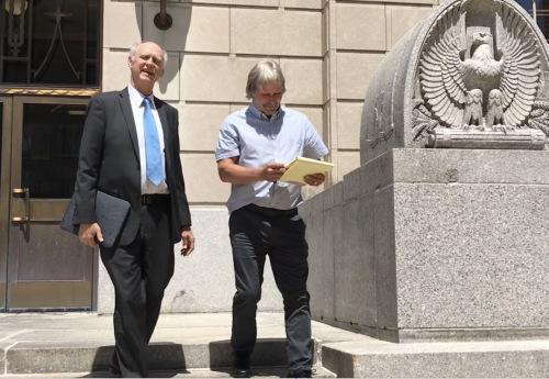 被告辩护律师塔克(左)与被告父亲。(美国《世界日报》/黄惠玲 摄)