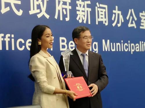图为北京市人民政府侨务办公室主任刘春锋为吉克隽逸颁发推广大使聘书及奖杯。刘勇 摄