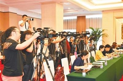 七月三日,公安部在北京召开新闻发布会通报出台支持海南全面深化改革开放政策措施,吸引了国内外众多媒体关注。 本报记者 良子 通讯员 菅元凯 摄