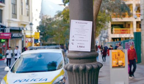 马德里市中心繁华地段的路灯杆上,张贴着住宅招租广告。(欧洲时报/孔庆锐 摄)